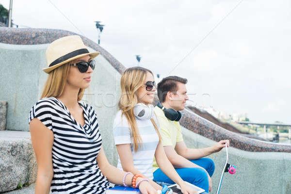 беззаботный летнее время три молодые счастливые люди сидят Сток-фото © adam121
