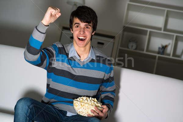 éljenez csapat fiatalember tv nézés pattogatott kukorica kiemelt Stock fotó © adam121