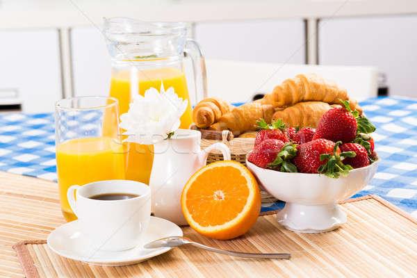 Kontinentális reggeli kávé eper croissant dzsúz gyümölcs Stock fotó © adam121