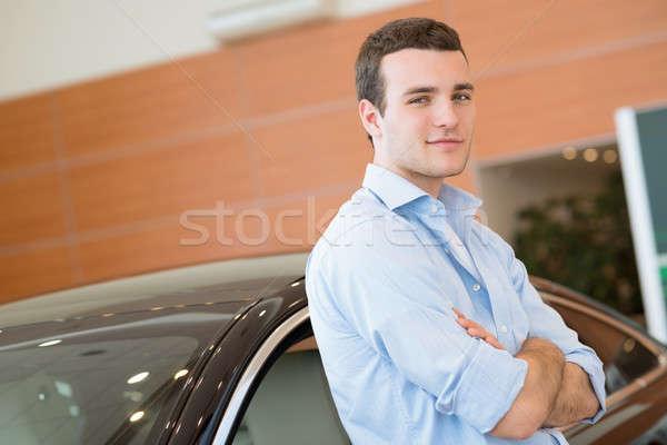 ストックフォト: 男 · 立って · 車 · ショールーム · 建物