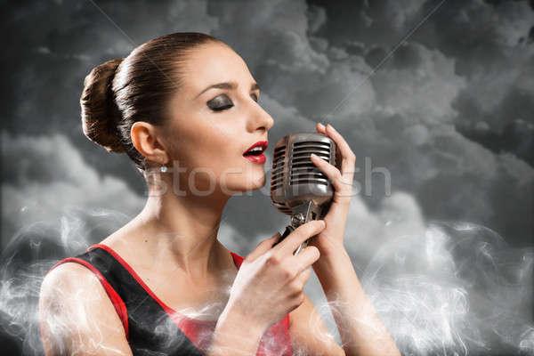 Güzel sarışın kadın şarkıcı mikrofon gözleri kapalı etrafında Stok fotoğraf © adam121