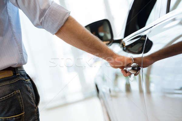 Stock fotó: Férfi · ajtó · új · autó · autó · vizsgálat · bemutatóterem