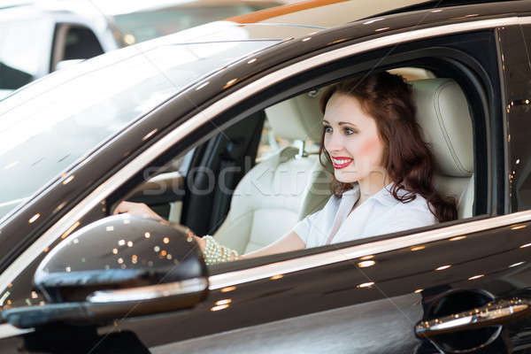 Jeune femme nouvelle voiture salle d'exposition souriant regarder caméra Photo stock © adam121
