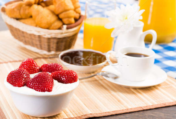 Stockfoto: Continentaal · ontbijt · sinaasappelsap · croissants · aardbeien · stilleven · koffie
