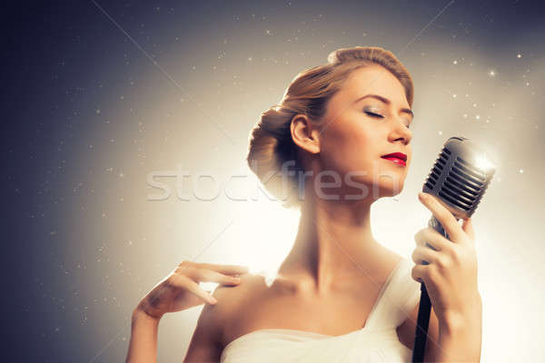 Foto stock: Mujer · atractiva · cantante · micrófono · detrás · resumen · moda