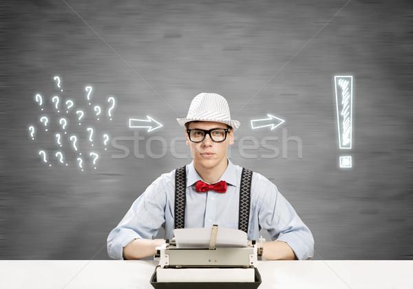Tipo escritor jóvenes sombrero gafas escribiendo Foto stock © adam121