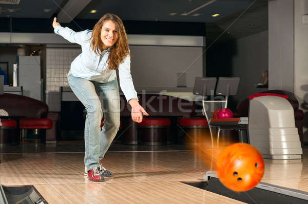 Keyifli genç kadın bowling topu hedef gülen Stok fotoğraf © adam121