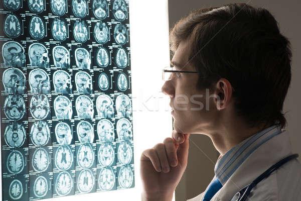 Doctor de sexo masculino mirando Xray imagen adjunto Foto stock © adam121