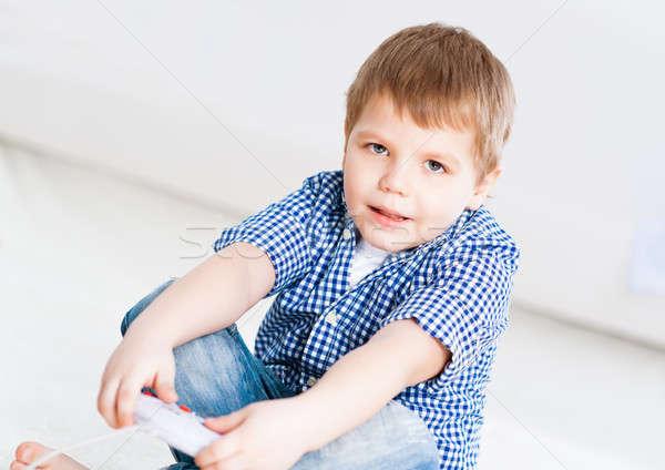 Nino jugando juego consolar televisión casa Foto stock © adam121
