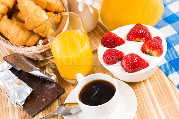 Kontinentális reggeli kávé eper krém croissant gyümölcs Stock fotó © adam121