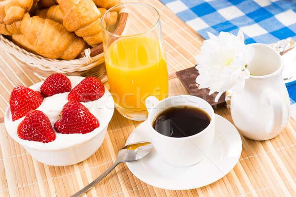 Kontinental kahvaltı kahve çilek krem kruvasan meyve suyu Stok fotoğraf © adam121