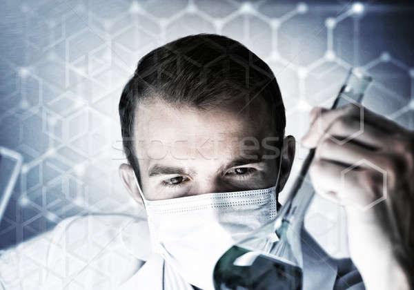 Foto stock: Retrato · concentrado · masculino · cientista · trabalhando · jovem