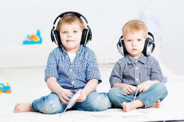 Deux frères jouer console de jeux sans fil casque Photo stock © adam121