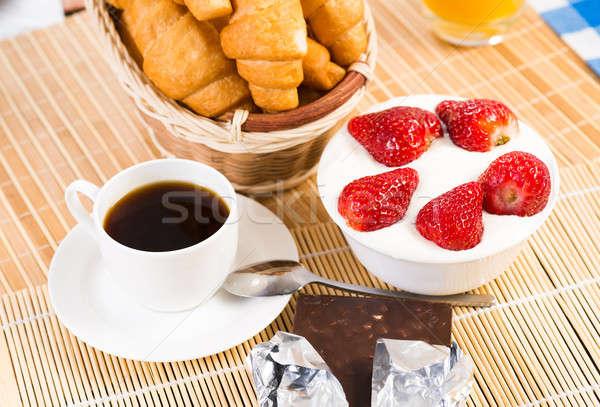 Colazione continentale succo d'arancia cornetti fragole ancora vita caffè Foto d'archivio © adam121