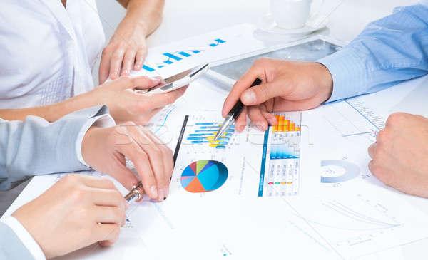 üzletemberek megbeszél megbeszélés ül üzlet asztal Stock fotó © adam121