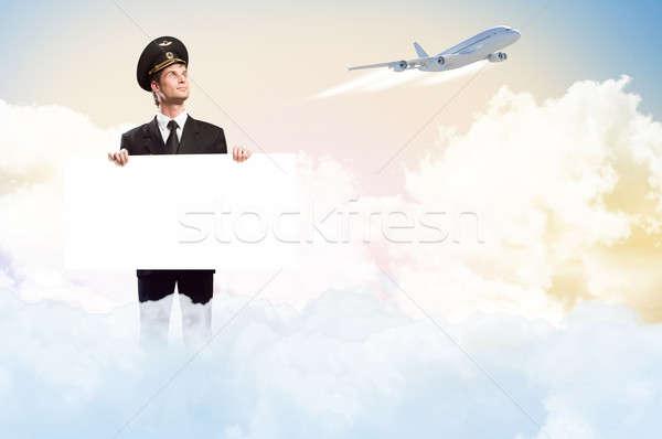 Pilóta űrlap tart üres óriásplakát égbolt Stock fotó © adam121