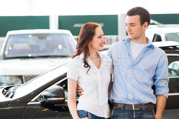 Salle d'exposition permanent voiture couple Photo stock © adam121