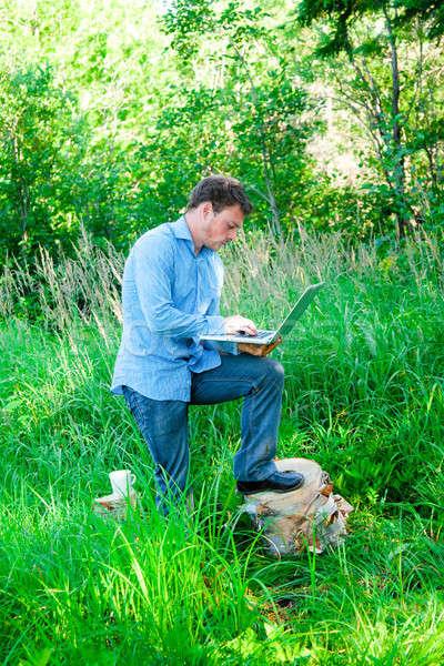 Genç açık havada fincan dizüstü bilgisayar orman bilgisayar Stok fotoğraf © aetb