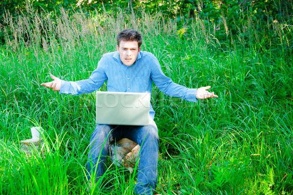 Genç açık havada fincan dizüstü bilgisayar adam kayıp Stok fotoğraf © aetb