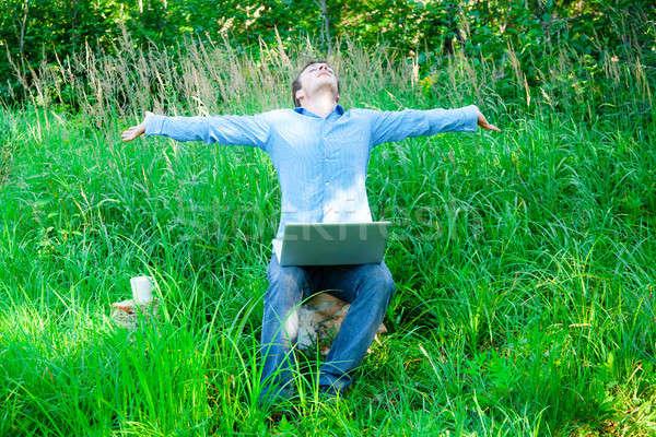 Junger Mann genießen Wireless-Technologie nirgendwo Business Computer Stock foto © aetb