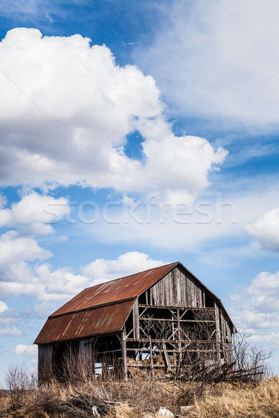 Velho abandonado celeiro enferrujado lugar nenhum céu Foto stock © aetb