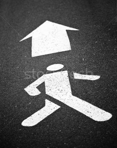 Witte voetganger symbool geschilderd zwarte asfalt Stockfoto © aetb
