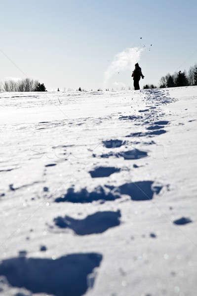 Voetafdrukken sneeuw gelukkig meisje lucht vrouwen Stockfoto © aetb