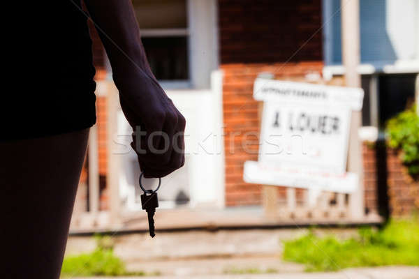 Młoda kobieta stałego nowego apartamentu klucze kobieta Zdjęcia stock © aetb