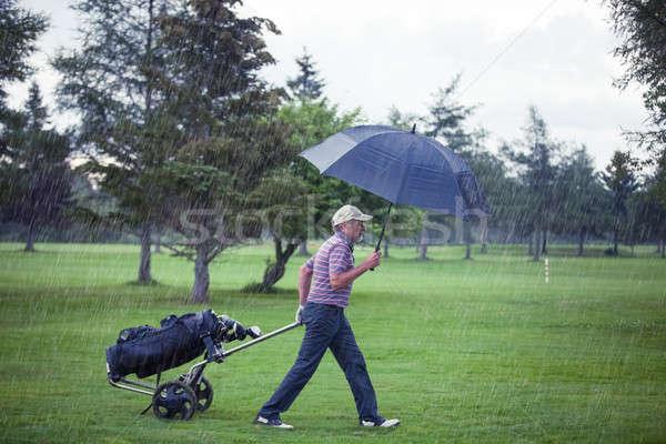 Golfer regenachtig dag golfbaan spel man Stockfoto © aetb