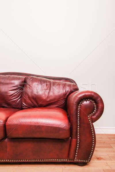 Lüks kırmızı deri kanepe duvar detay Stok fotoğraf © aetb