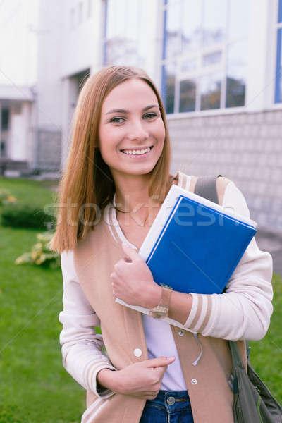 Student permanente boek handen lachend portret Stockfoto © Agatalina