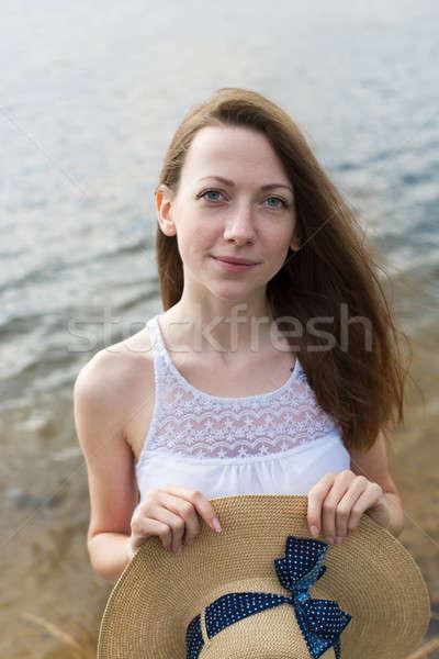 Sommersprossen Mädchen glücklich halten hat schauen Kamera Stock foto © Agatalina