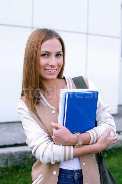 Estudante em pé sorridente câmera livros mãos Foto stock © Agatalina