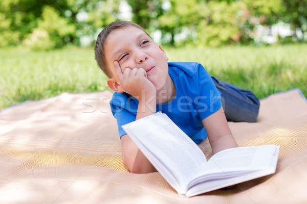 Jongen boek humor selectieve aandacht natuur Stockfoto © Agatalina