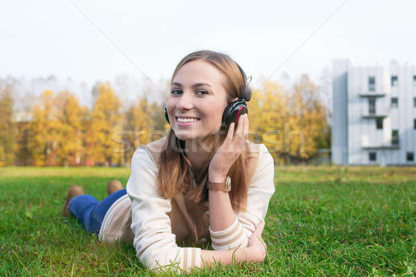 Student luisteren hoofdtelefoon aanraken koptelefoon hand Stockfoto © Agatalina