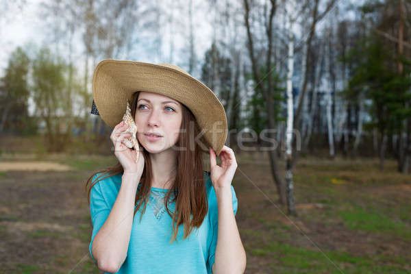 Sommersprossen Mädchen hat hören Shell Stock foto © Agatalina