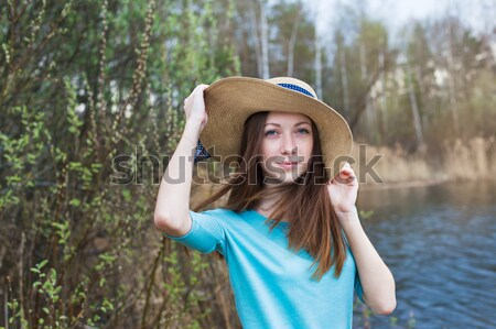 Pecoso nina sombrero mirando cámara primavera Foto stock © Agatalina