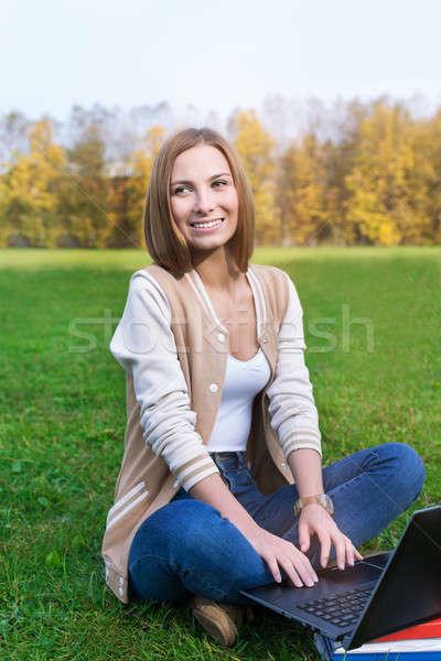 студент сидят зеленая трава ноутбук глядя Сток-фото © Agatalina