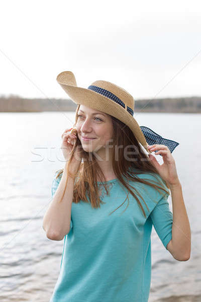 Pecoso nina sombrero sonriendo escuchar Shell Foto stock © Agatalina