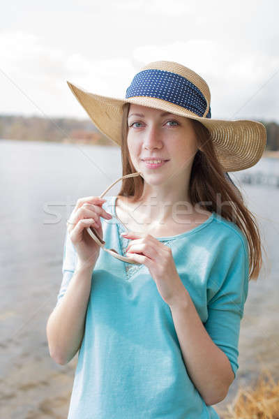 Pecoso nina gafas sonriendo sombrero Foto stock © Agatalina