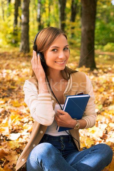 Student vergadering naar camera hoofdtelefoon esdoorn Stockfoto © Agatalina