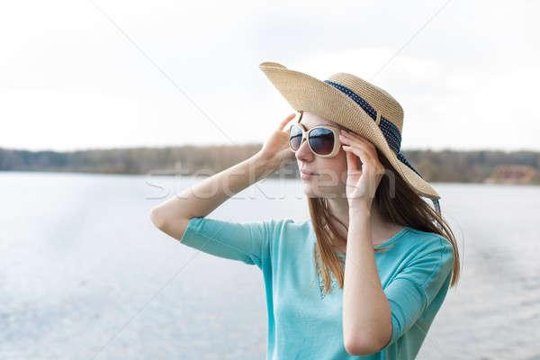 Sommersprossen Mädchen schauen Gläser See hat Stock foto © Agatalina