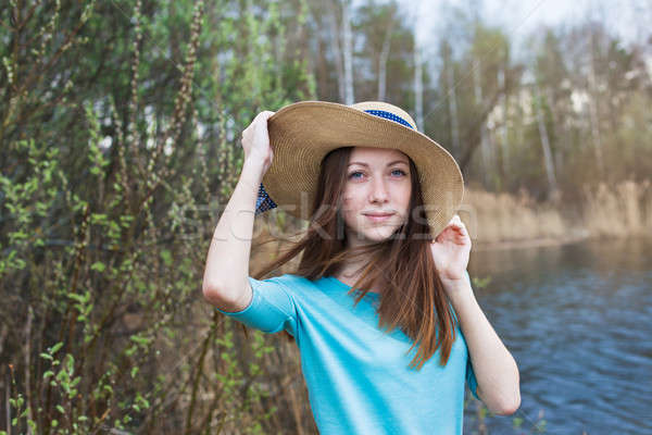 Pecoso nina sombrero lago ventoso día Foto stock © Agatalina