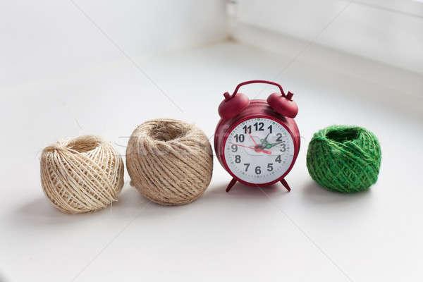 три потока красный часы подоконник Сток-фото © Agatalina