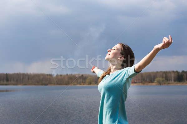 Sommersprossen Mädchen glücklich lächelnd Sonne Arme Stock foto © Agatalina