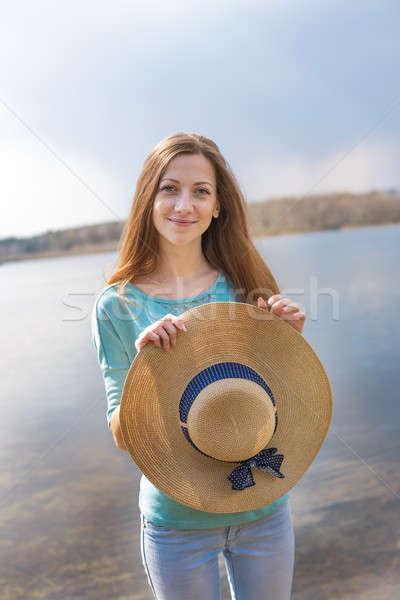 Pecoso niña feliz sombrero mirando cámara Foto stock © Agatalina