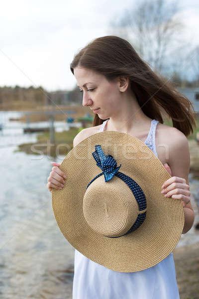 Sommersprossen Mädchen glücklich halten hat schauen Seite Stock foto © Agatalina