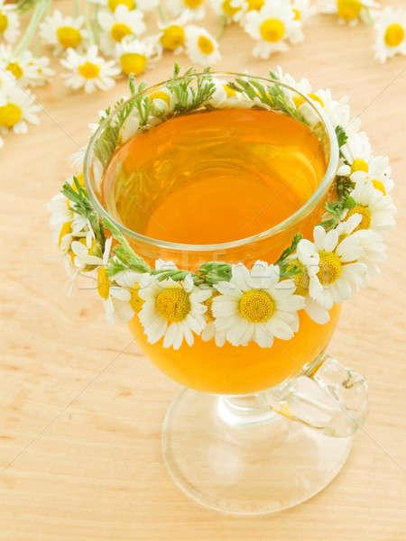 Kamille Tee Glas dekoriert Kranz Blumen Stock foto © AGfoto