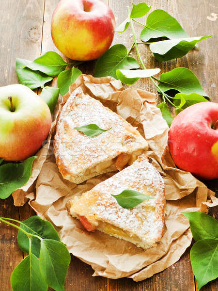 Tarte aux pommes tranches fraîches papier peu profond Photo stock © AGfoto