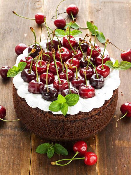 Bolo bolo de chocolate chantilly doce cerejas raso Foto stock © AGfoto